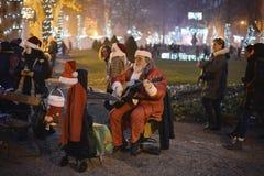 弹吉他的圣诞老人 免版税库存照片