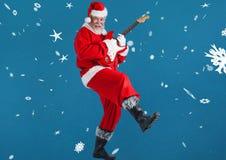 弹吉他的圣诞老人 免版税库存图片