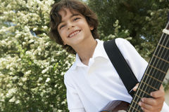 弹吉他的小男孩 免版税库存照片