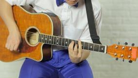 弹吉他的有天才的热心吉他弹奏者 股票录像