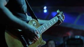 弹吉他的演员吉他弹奏者 音乐家弹奏在阶段独奏的一个乐器 股票录像