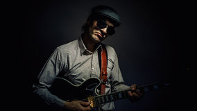 弹吉他的爵士乐音乐家 免版税图库摄影