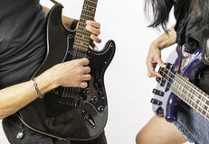 弹吉他的男人和妇女 免版税图库摄影