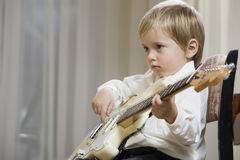 弹吉他的男孩 库存照片
