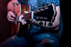 弹吉他的音乐家特写镜头 库存图片