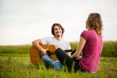 弹吉他-约会夫妇 免版税图库摄影