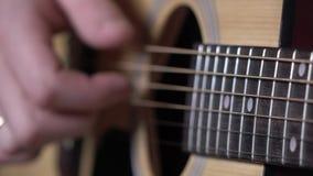 弹吉他,在串的焦点,关闭的人的手  影视素材