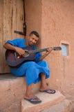 弹吉他,摩洛哥的摩洛哥人音乐家 库存照片