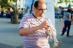 弹喇叭的街道音乐家 库存图片