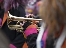 弹喇叭的音乐家在狂欢节期间 库存照片