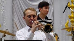 弹喇叭,特写镜头的音乐家 影视素材