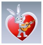 弹在大红色心脏背景的滑稽的兔子吉他  免版税库存照片