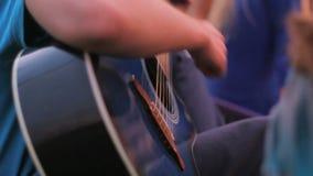 弹在火附近的吉他 影视素材