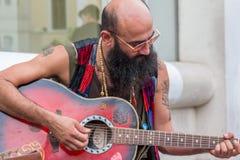 弹在街道上的人吉他 库存照片