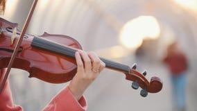 弹在街道上的年轻女人小提琴 股票录像
