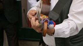 弹在街道上的男性音乐家特写镜头吉他,音乐表现 股票视频
