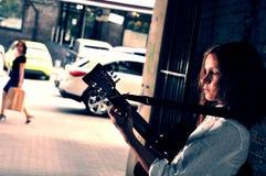 弹在街道的少年吉他 库存照片