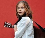 弹在街道的少年吉他 库存图片