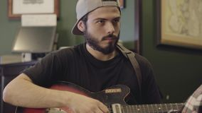 弹在酒吧的技巧年轻有胡子的人吉他 在啤酒客栈的休闲 影视素材