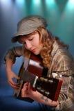弹在阶段的女孩吉他 免版税库存图片