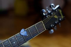 弹声学吉他的时刻 免版税库存图片
