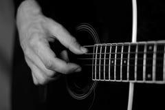 弹声学吉他的时刻 库存照片