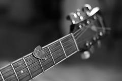 弹声学吉他的时刻 库存图片