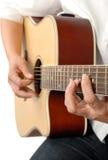 弹声学吉他 免版税库存图片