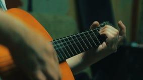 弹声学吉他4k  英俊的人调整声学吉他 影视素材