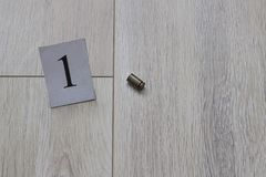 弹壳在地板,谋杀,主要证据,特写镜头上说谎 免版税库存照片