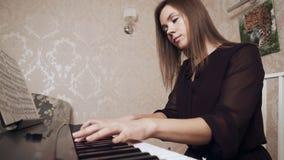 弹大平台钢琴的年轻女性钢琴演奏家 股票视频