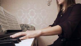 弹大平台钢琴的年轻女性钢琴演奏家 影视素材