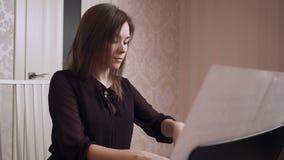 弹大平台钢琴的年轻女性钢琴演奏家 股票录像