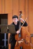 弹大提琴的男学生 免版税库存图片