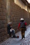 弹奏一个乐器的当地秘鲁人 免版税库存照片