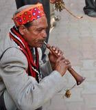 弹奏一个乐器的Himachali人 库存照片