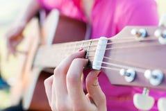 弹奏一个乐器 免版税库存照片