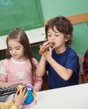 弹奏乐器的孩子在教室 库存照片