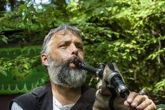弹奏他的仪器的有胡子的吹风笛者特写镜头在俄克拉何马Renassiance节日马斯科吉俄克拉何马美国5 13 2018年 免版税库存照片