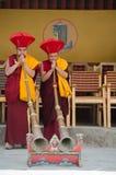 弹奏传统Ladakhi乐器的修士在每年Hemis节日期间在拉达克,印度 免版税库存照片