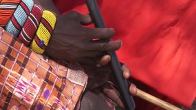 弹奏传统管乐器的桑布鲁部落成员 股票视频