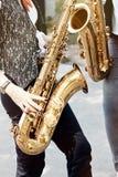 弹奏管乐器的女孩 免版税库存图片
