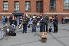 弹奏管乐器的街道音乐家在圣彼得堡 免版税库存照片