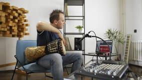 弹奏djembe鼓仪器的音乐家在家庭音乐演播室 股票视频