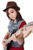 弹她的电吉他,在白色后面的美丽的摇摆物女孩 免版税库存图片