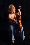 弹小孩小提琴的女孩 库存照片