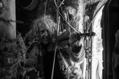 弹小提琴的一个更老的漂泊人的灰度的图象 免版税库存图片