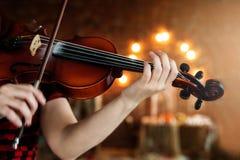 弹小提琴的女孩 女孩和无意识而不停地拨弄的手 免版税库存照片