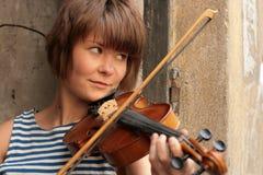 弹小提琴的女孩 库存照片