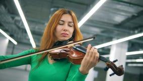 弹小提琴的妇女的正面图 股票视频